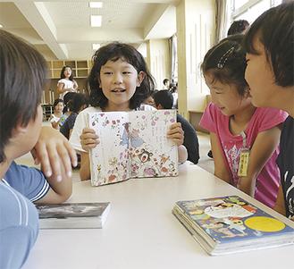 本を紹介する児童