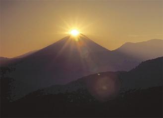幻想的なダイヤモンド富士撮影地=山梨県富士川町