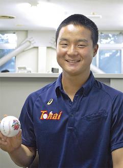 初めてサインをしたボールを手に微笑む鹿倉君