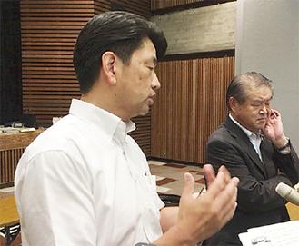 9回会議終了後、質問に答える加藤憲一市長(手前)と加藤修平市長