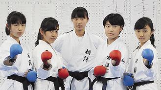 左から川野さくらさん(1年)、藤田梨奈さん(3)、山本さん、大塚美波さん(2)、川村みいなさん(1)