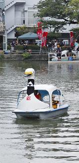 スワンボートを懸命にこぐ出場者