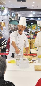 シフォンケーキを調理する伊藤勇作シェフ