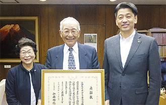 受賞後に加藤市長を表敬訪問した杉崎会長(中央)
