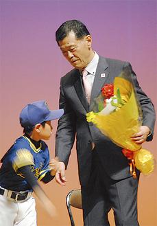 野球少年にピッチング指導する渡辺さん