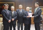 市長へ寄付金を手渡す田嶋塾長(右から2番目)