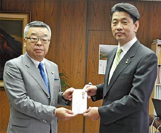 寄付金を渡す高杉支部長(左)