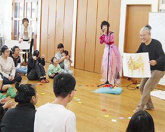 動物の絵を使い声とリズムで物語をつくるおおたか静流さんと中津川さん