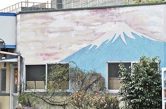 作業場の壁には鏝で塗り上げた富士