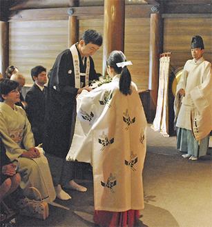 奉告の儀式で玉串を捧げる外郎氏