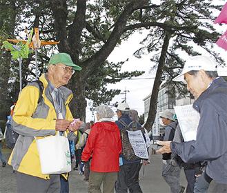 自作の折鶴を手渡す西川さん