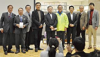 五十嵐匠監督(中央)、榎木孝明さん(中央左)と応援団準備会のメンバー
