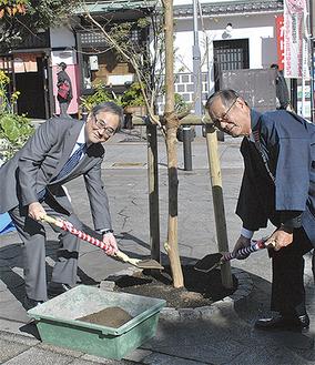 植樹する川口豊組合長(右)と時田光章副市長