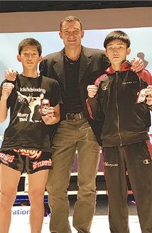 チャンピオンになった鈴木太尊君(左)とピーター・アーツ氏(中央)。右は決勝の相手=谷山ジム小田原道場提供