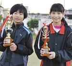 優勝トロフィーを手にする堀内君(左)と椎野さん