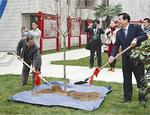 「友誼苑」開苑式での桜の植樹(右が張懐斌校長、左が水野浩理事長・学校長)
