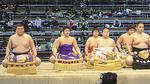 大相撲九州場所 新序出世披露 「新富士」・高木大貴君(左から二人目)