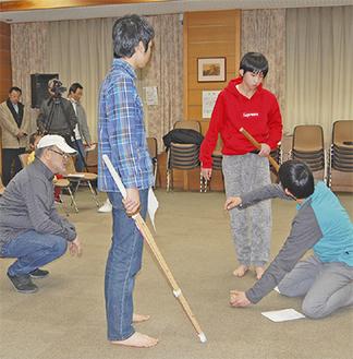 五十嵐匠監督(左)の指導を受け真剣な表情で演技をする子どもたち