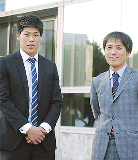 教え子の鈴木国友さん(左)とともに