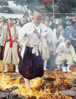 藤原住職を筆頭に山伏が次々と燃え盛る炎の中を渡った