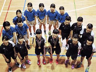 県優勝を果たした鈴木さん(中央左)・品川さん(中央右)のペア