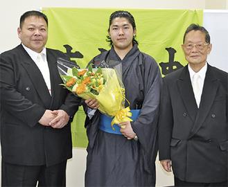 恩師と並ぶ高木さん(中央)