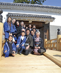 開通した住吉橋で、芹澤棟梁(前列中央)とサヨ子さん(同右)