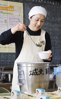 職員用給食を配膳する神名部さん