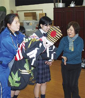 二宮高校の相模人形部で生徒を指導する林座長(右)