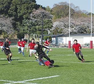 OBのタックルをかわす西湘ラグビー部の選手
