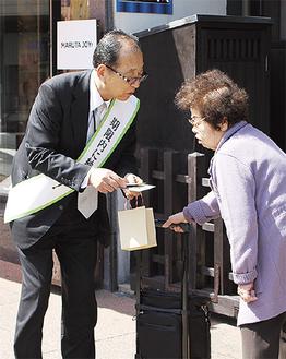 納税の呼びかけをする松谷会長(左)