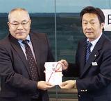 露木康男常務理事(左)に目録を手渡す安藤理事長