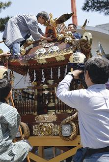 神輿磨きの模様を収録(4月22日・松原神社)