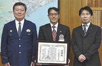 (左から)兼子警察署長、ヤマト運輸の寺崎支店長、安全推進課の永井課長
