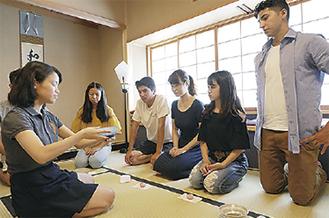 日本では茶道の体験を行った(写真は2017年)