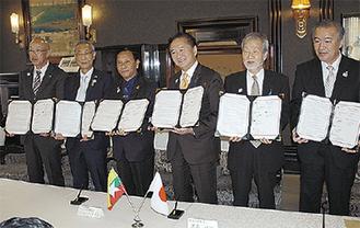 協定書を手にする黒岩知事(右から3番目)ら(神奈川県庁本庁舎)