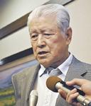 記者の質問に応じる高橋会長