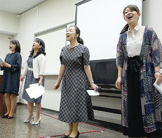 劇中歌を披露する関係者ら