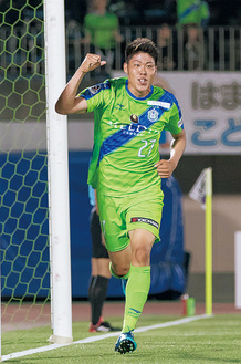 Jリーグ初ゴールに喜ぶ鈴木選手=湘南ベルマーレ提供