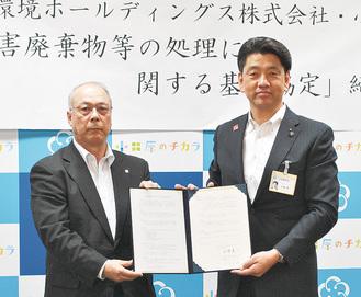 三重中央開発(株)の大仲一正営業担当取締役(左)と加藤市長