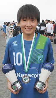 銀メダルを首から下げ、MVPと得点王の賞杯を持つ鈴木さん