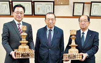 前会長の片桐さん(中央)が寄贈