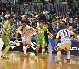 速い攻撃と冷静な守備が光るベルマーレの選手たち(緑)