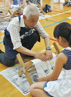 児童の作業を手伝う製作ボランティアの男性
