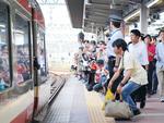 小田原駅のホームでは多くの鉄道ファンが詰めかけ、最後の姿にカメラを向けた