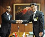 ウェイス大使(左)と加藤市長