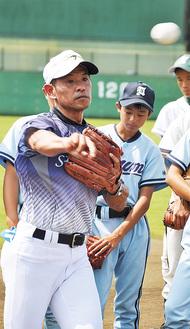 中学生に指導する田村さん