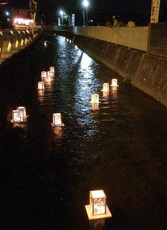川面をゆっくりと流れる灯ろう