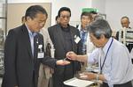 ミラクルきなっこK-1を試食する鈴木会頭(左)と開発者の角田博士