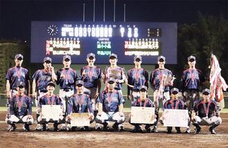 銀メダルをかける国立印刷局小田原のナイン=チーム提供